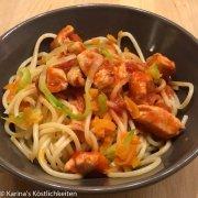 Gemüse-Spaghetti-Mix mit Hühnchen und Tomaten-Mozzarella-Soße