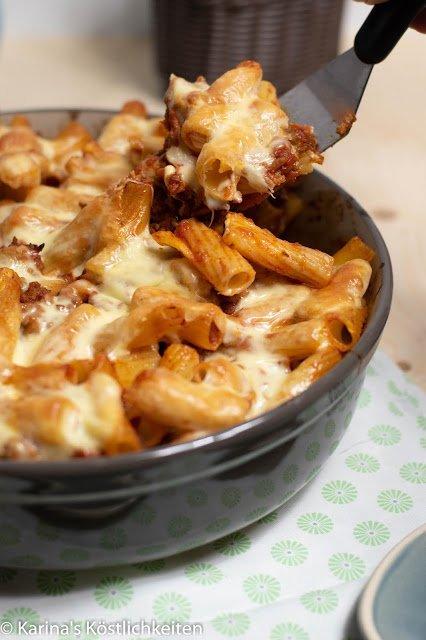 Rezept für Pasta-Hack-Gratin mit geschmolzenen Käseswirls in der Pampered Chef Stoneware rund